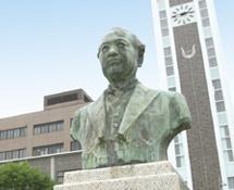 図書館と銅像