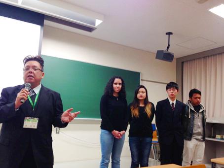 岡山県内のブラジル人の状況について講演する譚俊偉さんと若者たち